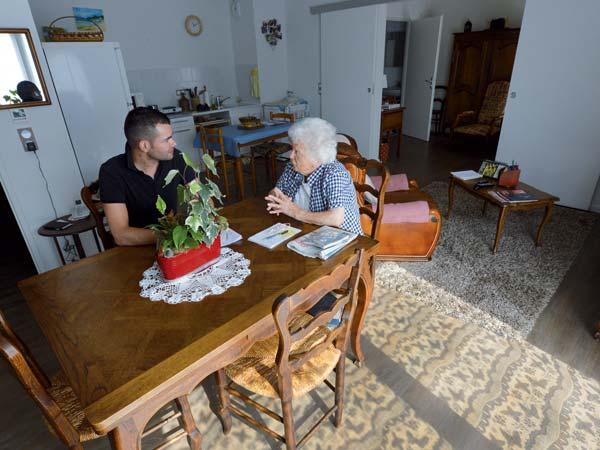 Personnel soignant en discussion avec une personne âgée